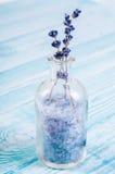 Домодельная косметика настояла соль лаванды в стеклянной бутылке стоя на деревянной доске стоковая фотография rf