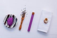 Домодельная косметика соли для принятия ванны лаванды заботы кожи, полотенце Стоковая Фотография RF