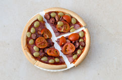 Домодельная пицца с овощами и сосиской Стоковая Фотография RF