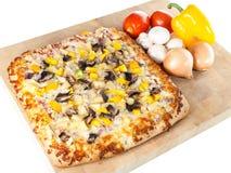 Домодельная пицца с свежими ингридиентами Стоковое Изображение RF