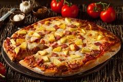 Домодельная пицца Hawaiian ананаса и ветчины Стоковое фото RF