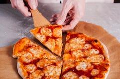 Домодельная пицца Margherita Стоковые Фотографии RF