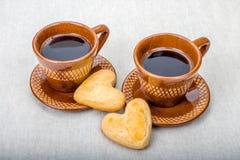 Домодельная форма печений сердца и 2 кофейных чашек Стоковые Изображения
