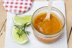 Домодельное варенье абрикоса и свежие абрикосы, известка и розмариновое масло с листьями Стоковые Изображения RF