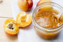 Домодельное варенье абрикоса и свежие абрикосы с листьями Стоковые Изображения RF