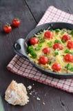 Домодельное испеченное семенить мясо с томатами сыра и вишни Стоковые Изображения