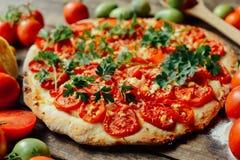 Домодельное мясо любит пиццу с Pepperoni сосиской и беконом дом Стоковое Изображение RF