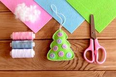 Домодельное оформление рождественской елки войлока вал снежка орнамента рождества тросточки конфеты Рука производит идею для дете Стоковые Изображения