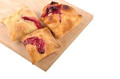 Домодельное печенье слойки тортов с fillin варенья клубники и вишни Стоковые Фотографии RF