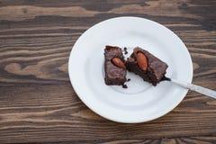 Домодельное пирожное миндалины шоколада было разделено с ложкой стоковое изображение