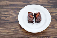 Домодельное пирожное миндалины шоколада было разделено стоковое фото rf