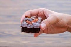 Домодельное пирожное шоколада с миндалиной в правой руке Стоковые Фотографии RF