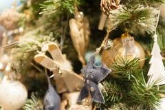 Домодельное рождество забавляется деревянные звезды и шарики лыж вися на рождественской елке Стоковые Изображения