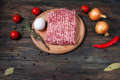 Домодельное сырцовое семенить мясо с яичком и крупным планом трав Стоковое Изображение RF