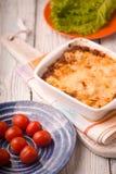 Домодельные лазанья мяса и томат, салат на деревянной стойке Стоковое Изображение RF