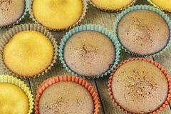 Домодельные булочки в 2 цветах на таблице Стоковое Фото