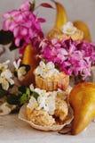Домодельные булочки груши и карамельки Стоковые Фото