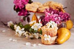 Домодельные булочки груши и карамельки Стоковая Фотография
