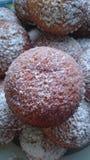 Домодельные булочки на белой плите Стоковое Изображение RF