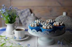 Домодельные булочки с взбитой сливк и цветком Стоковые Фото