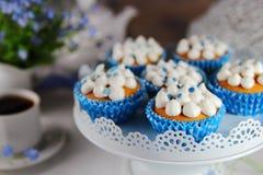 Домодельные булочки с взбитой сливк и цветком Стоковая Фотография
