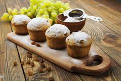 Домодельные булочки с изюминками и напудренным сахаром Стоковая Фотография