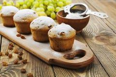 Домодельные булочки с изюминками и напудренным сахаром Стоковые Фотографии RF