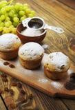 Домодельные булочки с изюминками и напудренным сахаром Стоковое Изображение