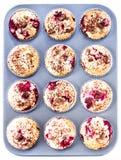 Домодельные булочки шоколада и вишни в бумажном держателе пирожного внутри Стоковые Фотографии RF