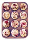 Домодельные булочки шоколада и вишни в бумажном держателе пирожного внутри Стоковое фото RF