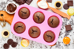 Домодельные булочки шоколада на белой таблице с ингридиентами Baki Стоковое Изображение RF