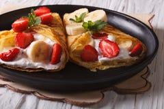Домодельные блинчики с свежими клубниками, бананами и сливк Стоковые Изображения