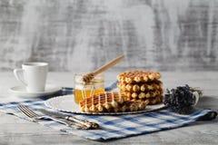 Домодельные вафли на плите для завтрака Стоковые Изображения RF