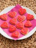 Домодельные в форме сердц красные печенья Стоковая Фотография RF