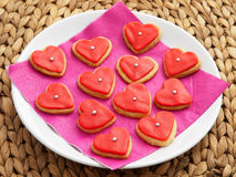 Домодельные в форме сердц красные печенья Стоковое Изображение RF