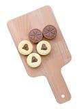 Домодельные в форме сердц печенья на белой предпосылке (путь клиппирования) Стоковое Фото