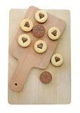 Домодельные в форме сердц печенья на белой предпосылке (путь клиппирования) Стоковые Фото