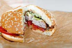 Домодельные гамбургер или cheeseburger с овощами Стоковое Изображение