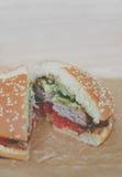 Домодельные гамбургер или cheeseburger с овощами Стоковая Фотография