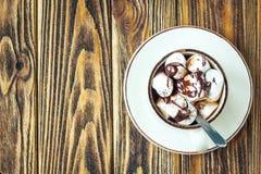 Домодельные горячий шоколад или какао в белой кружке с зефирами на деревянной предпосылке Взгляд сверху Стоковые Изображения