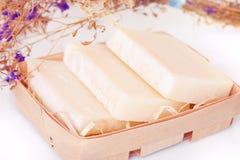 Домодельные естественные мыла в деревянной корзине Стоковая Фотография