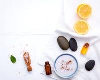 Домодельные забота и тело кожи scrub с естественным лимоном ингридиентов Стоковые Изображения RF