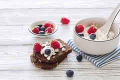 Домодельные здравицы хлеба творога и рож с свежими ягодами Стоковое Изображение