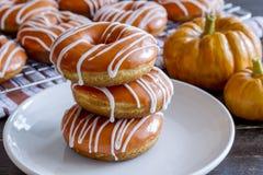 Домодельные испеченные Donuts тыквы с поливой Стоковая Фотография RF