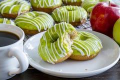 Домодельные испеченные Donuts Яблока карамельки Стоковое Изображение