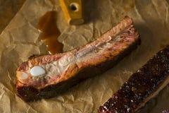 Домодельные копченые нервюры свинины стиля Сент-Луис барбекю стоковое фото