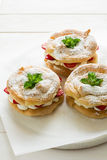 Домодельные кольца печенья choux с сливк и клубниками творога украсили листья мяты Стоковые Изображения RF