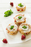 Домодельные кольца печенья choux с сливк и клубниками творога украсили листья мяты Стоковое Изображение
