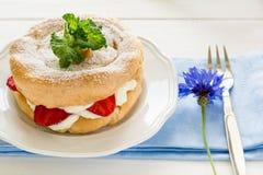 Домодельные кольца печенья choux с сливк и клубниками творога украсили листья мяты Стоковые Фотографии RF