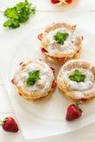 Домодельные кольца печенья choux с сливк и клубниками творога украсили листья мяты Стоковые Фото